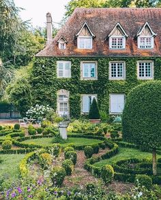 A perfect garden and a dream home. Garden Cottage, Cottage Homes, Home And Garden, Beautiful Gardens, Beautiful Homes, Landscaping Around House, Landscaping Rocks, French Cottage, Town And Country