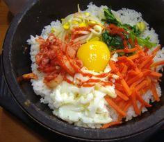 Bibimbap (rijst met groenten en gehakt)  Een restje rijst met vlees, groenten, ei en chilipasta a.k.a. Koreaanse Bibimap Een lekker leftover recept voor warmere dagen