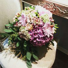 Bouquet con ortensie rose dalie ananas ipericum more e sedum