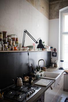 eine schwarze wand f r die k che wohnung haus pinterest kitchen decor und kitchen decor. Black Bedroom Furniture Sets. Home Design Ideas