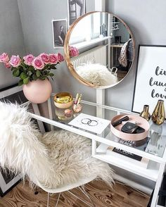 20 Best Makeup Vanities & Cases for Stylish Bedroom – Home Trends 2020 Sala Glam, Rangement Makeup, Apartment Decorating On A Budget, Interior Decorating, Decorating Ideas, Decor Ideas, Office Decorations, Ikea Ideas, Apartment Design