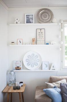 Cool combination of plates & small prints Wall Shelving Units, Open Shelving, Wall Shelves, Interior Styling, Interior Decorating, Interior Design, Wall Decor Design, Cozy Nook, Inspiration Wall