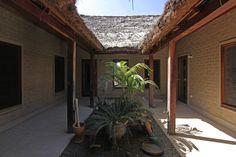 Construido en 0 en Gambia. Imagenes por Juan Manuel Herranz y Marta Parra Casado. En las afueras de Tujereng, al Oeste de Gambia, muy cerca del mar, se construye una casa para una familia con niños y unos bungallows para alojar a...  http://www.plataformaarquitectura.cl/cl/866926/casa-patio-y-bungalows-en-toujereng-virai-arquitectos?utm_medium=email&utm_source=Plataforma%20Arquitectura