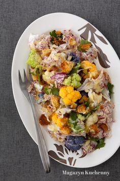 Przepis na sałatkę z kolorowymi małymi kalafiorami i sałatą radicchio. Sałatka z kalafiora, jajkiem na twardo i kremowym sosem.