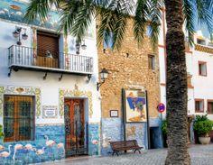 Huis met keramische beschildering flamingo´s referend aan het natuurreservaat Las Salinas waar flamingo´s leven.
