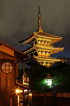 night light up 八坂の塔 Japan pagoda Kyoto Places Around The World, The Places Youll Go, Around The Worlds, Hiroshima, Beautiful Buildings, Beautiful Places, Asian Architecture, Island Nations, Buddhist Temple