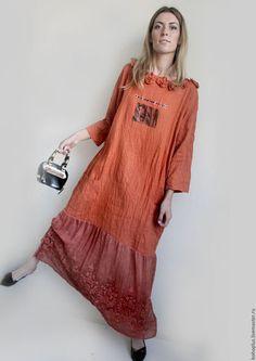 Купить или заказать Платье в стиле бохо'Оранжевое счастье' в интернет-магазине на Ярмарке Мастеров. Оранжевое солнце вперемешку с веснушками, В памяти тайно хранится. И любви тот вздох в оранжевой листве, И песенка журавля на небе... Каким же еще будет оранжевое счастье, конечно же таким ярким и ошеломляющим. Платье из вываренного оранжевого льна, уже 'не сядет'. Легкого прямого кроя чуть близкого к трапеции и юбкой из тонкого купонного льна с шелком с вышивкой.