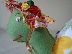 Tartaruga Peso de Porta, feita em feltro, costurada a mão.Com detalhes em tecido.  Frete não incluso no preço do produto ! R$30,00