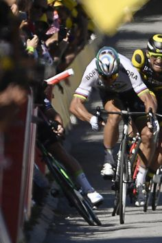 Slovakia's Peter Sagan (2ndL) gives a kick of elbow and Great Britain's Mark Cavendish (L) falls near the finish line at the end of the 207,5 km fourth stage of the 104th edition of the Tour de France cycling race on July 4, 2017 between Mondorf-les-Bains and Vittel..World champion Peter Sagan was sensationally kicked off the Tour de France for elbowing Mark Cavendish in a hectic sprint finish to Tuesday's fourth stage. / AFP PHOTO / Jeff PACHOUD