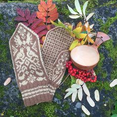 Dagens gratisoppskrift | Strikkeoppskrift.com Norwegian Knitting, Needles Sizes, Mittens, Ravelry, Stitch, Wool, Projects, Scarves, Crafts