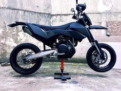 KTM 690 with black plastic Ktm Supermoto, Ktm 690 Enduro, Motorcross Bike, Motorcycle Dirt Bike, Motard Bikes, Cool Dirt Bikes, Bike Equipment, Racing Helmets, Dirtbikes