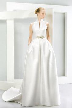 En Riomar fotografos de boda nos gusta este elegante vestido de novia colección 2015 de Jesús Peiro. http://riomarfotografosdeboda.com