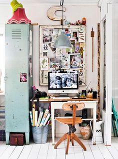 Hon erkänner att hennes intresse ibland kan bli lite påfrestande för resten av familjen, även om de är mycket tålmodiga. Arbetsbordet står i ett hörn av vardagsrummet, avskärmad av ett plåtskåp och ett fönster mot matsalen. Stol, bord och plåtskåp, från loppis. En tavelram fungerar som anslagstavla. Kanna, Bettys.