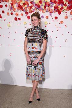 Weniger ist mehr: Die New Yorker Galleristin und It-Girl Sarah Hoover kombiniert schlichte schwarze Pumps und Clutch zu dem farbenfrohen Kleid