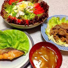 夫が晩ご飯作ってくれました。 焼肉、味噌汁、サラダ、 鮭のバター焼 です。 - 17件のもぐもぐ - 動物性たんぱく質多めの晩ご飯 by orieueki