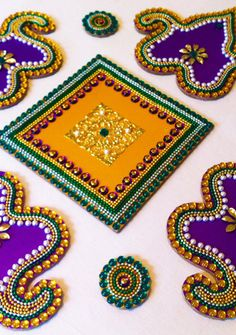 Acrylic Base Paan Kundan Rangoli!! Rangoli Ideas, Rangoli Designs Diwali, Diwali Rangoli, Diwali Diy, Diwali Craft, Acrylic Rangoli, Beaded Mirror, Rangoli Designs With Dots, Colored Sand