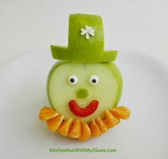 My daughter is going to scream when she sees this adorable Leprechaun Fruit Snack from Kitchen Fun with My 3 Sons.