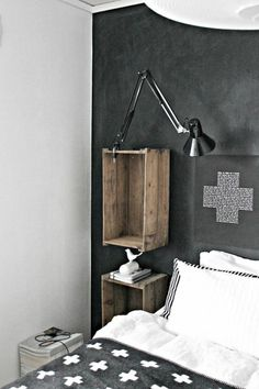diy wandregal schlafzimmer bett schwarze lampe kissen regale aus weinkisten