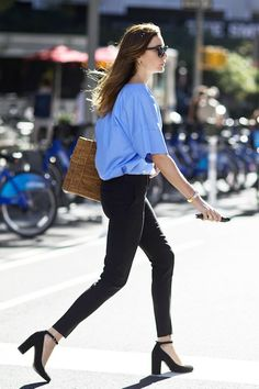 Baskets are no longer just for having picnics in the park! This street style star shows us the perfect way to style the trendy woven item by pairing it with classic sunnies, a blue top tucked into skinny black pants, and sexy ankle-strap heels.