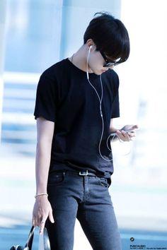 Read Foto de Jhope from the story BTS Zodiac ☯ by aesseok_ (Hoseok Soft🌹) with reads. Gwangju, Jung Hoseok, Taehyung, Namjoon, Park Ji Min, Bts Airport, Airport Style, Jimin Airport Fashion, Airport Outfits