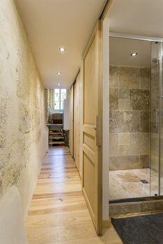 Salle de bains brute et épurée dans petite maison bordelaise réaménagée par OYAT Architectes.