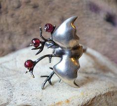 Medianoche de murciélago anillo de vuelo de dolldisasterdesign en Etsy https://www.etsy.com/es/listing/199326628/medianoche-de-murcielago-anillo-de-vuelo