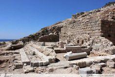 Apollon Tapınağı ve Sunağı (Altar) Knidos kentinin batısında Askeri Limana hakim Deve Boynu'na (Kap Krioa) bakan19 x 11 metre ölçülerinde bir terasta yer alıyor. Terasta hem Ege Denizi hem de Akdeniz' e hakim bir manzara mevcut.Terasın güneyinde yer alan büyük bloklardan meydana gelen Teras Duvarı farklı dönemlere ait yapım ve yenileme çalışmalarını gösteriyor. Yapılan kazılarda tapınağın iç kısmında bir heykelin bacak-diz kısmına ait kalıntıya rastlanıyor. Kıyafeti ve duruşuyla büyük bir…