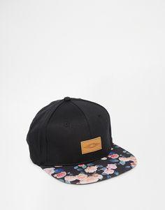 c15f4a7b5c4ef Gorra negra con broche trasero y visera floral de
