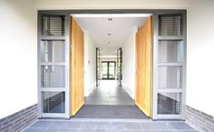 Entree en hal - modern landhuis te Vinkeveen: moderne Gang, hal & trappenhuis door Building Design Architectuur