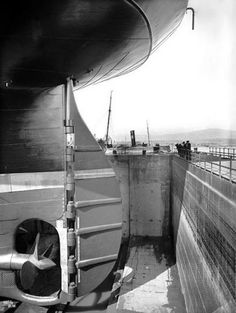 Titanic was the biggest ship in the world before it sank. Let's take a look at rare black and white construction pictures of most popular ship. Rms Titanic, Titanic Photos, Titanic Movie, Rare Photos, Old Photos, Antique Photos, Famous Structures, Colorized Photos, Famous Landmarks