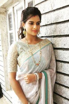 Saree Draping Styles, Saree Styles, Saree Blouse Patterns, Saree Blouse Designs, Saree Hairstyles, Saree Gown, Saree Photoshoot, Soft Silk Sarees, Married Woman
