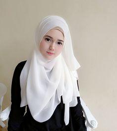 Imej mungkin mengandungi: 1 orang Niqab Fashion, Modern Hijab Fashion, Hijab Fashion Inspiration, Arab Girls Hijab, Muslim Girls, Casual Hijab Outfit, Hijab Chic, Beautiful Muslim Women, Beautiful Hijab
