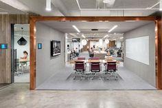 Conocé por dentro las oficinas de Uber  Oficinas cerradas, cómodas para uno, dos o tres (en conversación o concentración) junto a lugares de reunión abiertos, que electrizan los espacios vecinos.  /Jasper Sanidad
