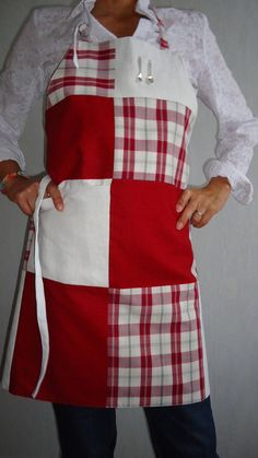 Scottish patchwork apron garnet linen - Burgundy lining and small charms - red Scots and 2 covered charms - Gift idea Sewing Aprons, Sewing Clothes, Doll Clothes, Sewing Hacks, Sewing Projects, Thrift Store Shopping, Adult Bibs, Sewing To Sell, Apron Designs
