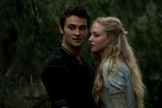 Shiloh Fernandez and Amanda Seyfried in Red Riding Hood Red Riding Hood 2011, Red Riding Hood Film, Shiloh Fernandez, Amanda Seyfried Husband, Movie Photo, Movie Tv, Billy Burke, Movie Couples, Red Lip Makeup