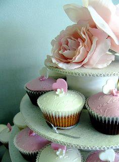 Além de deliciosos, os cupcakes estão super na moda. Então, por que não inovar e montar um bolo de cupcakes?? A ideia pode sair um pouco mais cara, que o tradicional bolo de casamento, porém é mais prático, já que cada cupcake substitui o pedaço...