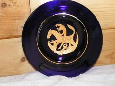 VINTAGE,ANNUAL PLATE BY ARTIST VICKE LIVIDSTRAND COBALT BLU/GOLD AUTO-ETCED ST.GEORGE/SLAYING/DRAGON