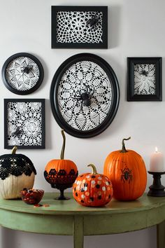 Many of the decoration above are easy to find. You can also painting the Halloween decoration by yourself. The Halloween decoration mostly doesn't look creepy, yet looks fun. So, it is a good idea to make a party in your house with the Halloween concept. Retro Halloween, Diy Halloween Party, Halloween Designs, Spooky Halloween, Holidays Halloween, Happy Halloween, Easy Halloween Decorations Diy, Homemade Halloween, Halloween Halloween