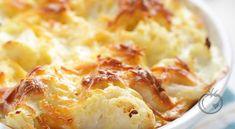 Blomkålgrateng med skinke og ost Gratengen passer både som lunsj, middag, eller kveldskos. 1 stk blomkål1 stk løk5 dl vann1 terning hønsebuljong200 g røkt skinke (i terninger)Saus2 ss smør3 ss hvetemel3 dl kraft (blomkålvannet)3 dl melk180 g reven cheddarsalt og nykvernet pepper Del blomkålhodet i store buketter. Stilk og