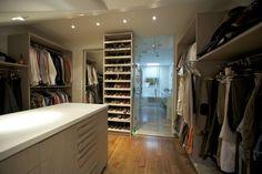Veja nossa seleção com lindos projetos de closets integrados com banheiros. Inspire-se com estas ideias!
