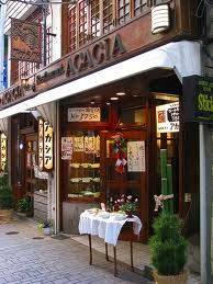 こちらも、知らない人にとっては、彷徨うように新宿の街を歩かないと出会うことがないようなお店です。ロールキャベツシチューで有名なお店ですが、特に夜訪れると、喧噪から逃れて、狭い秘密基地に非難したような気分になります。◎ 洋食屋 新宿アカシア ☞ http://www.restaurant-acacia.com