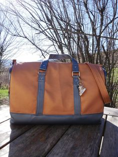 Sac weekend Boston en simili marron et anthracite cousu par Jennifer - Patron Sacôtin