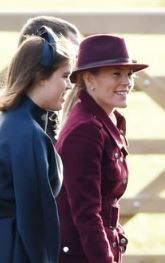 British Royal Family At Church Christmas Eve Autumn Phillips, British Royals, Fabric Covered, Blue Fabric, Queen Elizabeth, Hats, Fashion, Moda, Hat