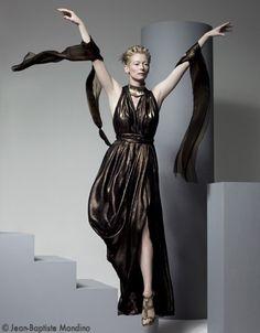 photo Jean Baptiste Mondino. Tilda Swinton rejoue Madame Grès, la couturière qui réinventa le plissé grec.