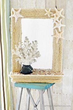 decorando un espejo con mecate y estrellas de mar....