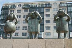 Scheveningen - Boulevard.  23 sprookjesachtige beelden van de Amerikaanse beeldhouwer Tom Otterness zijn hier in 2004 geplaatst. De beelden, die in het bezit zijn van het er achter liggend museum Beelden aan Zee, hebben een grote aantrekkingskracht op kinderen, die er op en rond kunnen spelen - en fotografen!  Foto: G.J. Koppenaal - 30/5/2012 Tom Otterness, Garden Sculpture, Lion Sculpture, Toms, Statue, Street, Outdoor Decor, Art, Art Background