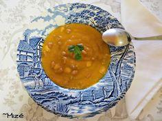 Creme de abóbora e cenoura com feijão e massa     Ingredientes:     Base da Sopa:   ~ 4 Cenouras médias   ~ 1 fatia generosa de abóbora   (usei cerca de 250 g)   ~ 1/2 Courgette grande ...