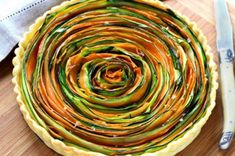 Ez a sárgarépa- és cukkini csíkokból álló spirális zöldségtorta nemcsak igazi látványosság,de különlegesen ízletes is.