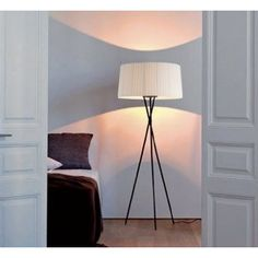 The light of the Trípode creates a warm atmosphere, livening up monochromatic spaces. Tripod Floor Lamps, Santa Cole Lamp, Lamp, Floor Lamp, Santa Cole, Flooring, Lamps Living Room, Floor Lamps Living Room, Interior Inspo