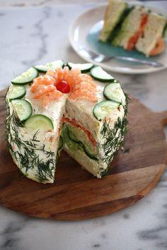 Voileipäkakku - kanapkowy tort z owocami morza. Pyszne z FINUU! #finuu #finuupl #tortkanapkowy #kanapki #sandwich #sandwiches #kanapka #drugiesniadanie #sandwichcake #frutidimare #owocemorza #inspiracje #przepisy #finskakuchnia